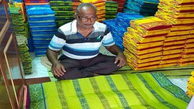 Photo of ব্যবসায়িক হাল ফেরাতে তাঁতের শাড়িতেও 'করোনা বুটি', তবু লাভের মুখ দেখতে পাচ্ছেন না তাঁতশিল্পীরা