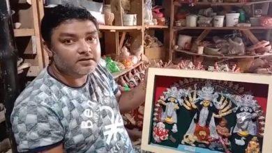 Photo of করোনাকালেও মা দূর্গা পাড়ি দিলো কানাডায়, মাত্র ১৮ ইঞ্চির প্রতিমা গড়ে তাক লাগালেন নদীয়ার শিল্পী