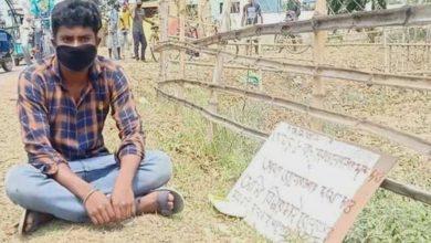 Photo of 'মমতা আমার আট বছরের ভালবাসার দাম দাও', প্ল্যাকার্ড নিয়ে হুলুস্থুলু কান্ড ঘটাল যুবক
